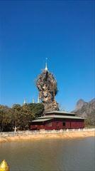 パ・アンの、 kyaut ka latt pagoda。この岩の中腹まで行くことができます。一番上は行けません。ミャンマー・トラベル・インフォメーション