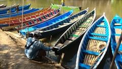 ボートがたくさんあります。一人、2,000kyatでした。以前は、1艇ごとの値段でしたが、このあいだ行ったときには1人2,000kyatになってました。