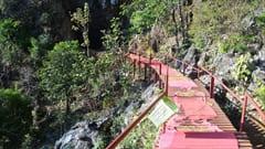 ヤッテッピャン洞窟の展望台。この足場は鉄でできているので、足元がめちゃめちゃ熱いです。