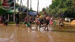 ミャンマーのウォーターフェスティバル。バイク、自転車に乗っていても関係ありません。水をかけまくります。